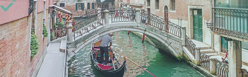 Même s'il existait de nombreux dialectes à l'époque, les prolifiques auteurs italiens Dante et linguiste Pétrarque ont pavé la voie pour que le dialecte toscan devienne la langue nationale de l'Italie.