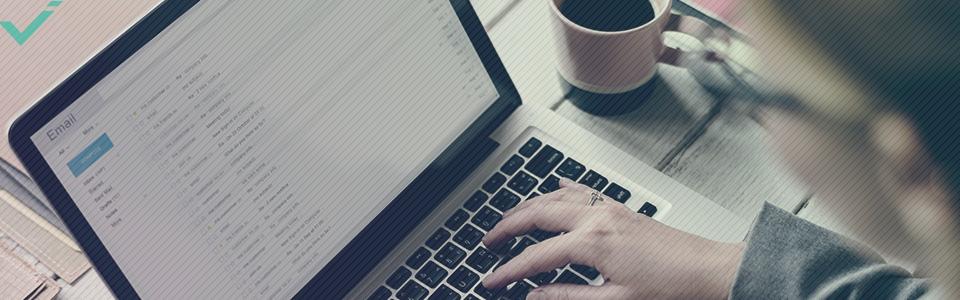 Bij een standaard A/B test voor e-mailmarketing stelt u twee vergelijkbare versies van een campagne op.